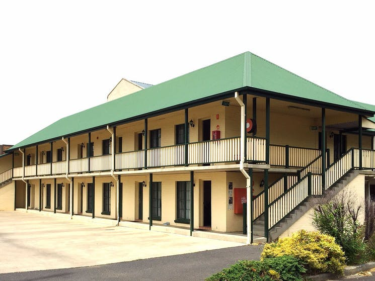 Original__9906471_HT17_town_square_motel_orange_exterior_11__24_2_p816wjm